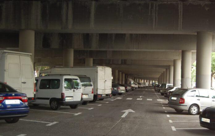 Aparcaments sota autopista.JPG