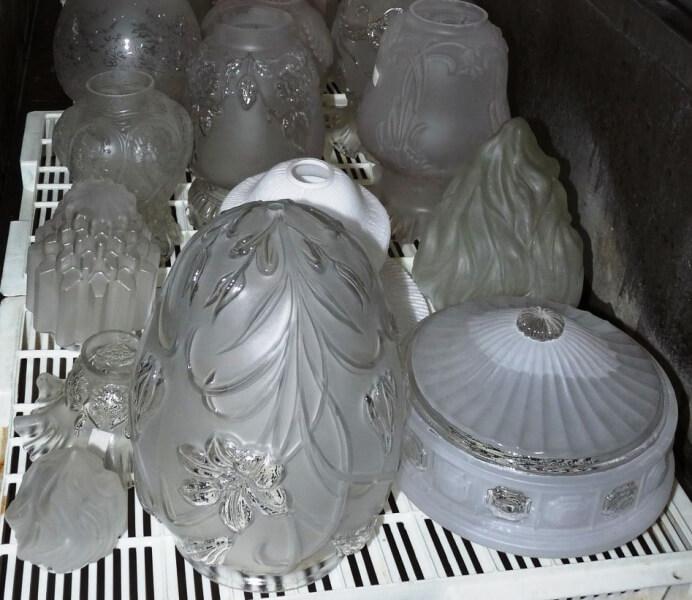 Donació d'objectes de la fàbrica El Cristall al Museu de Badalona.jpg