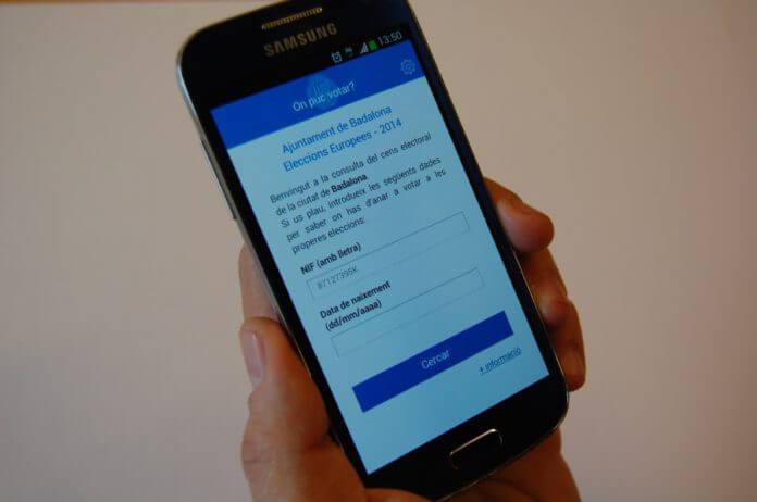 Telèfon mòbil amb aplicació 'on puc votar'.JPG