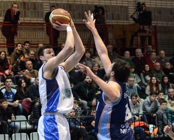 Zoran Nikolic se levanta para lanzar.jpg